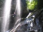 40mの滝を人間ロープウェイ